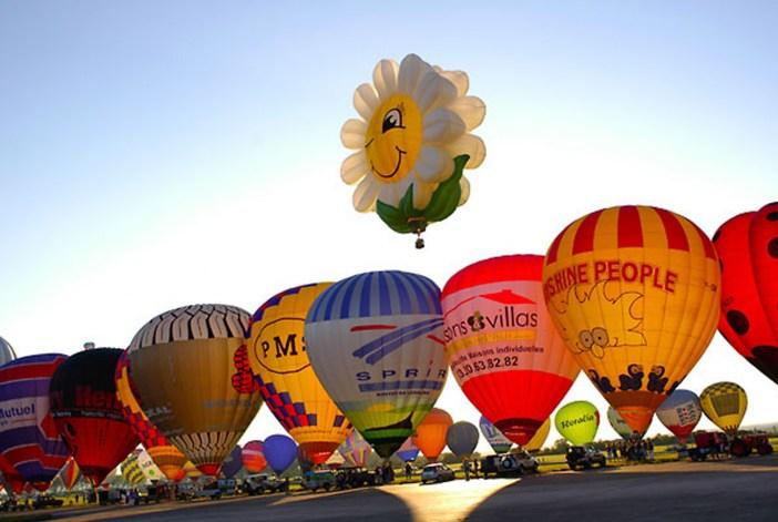 Hot-air balloons at Chambley air-base © Wikig – licence [CC BY-SA 3.0] from Wikimedia Commons