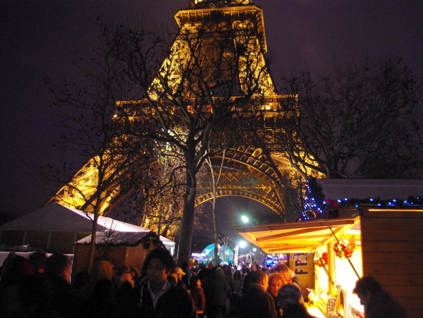 Paris Christmas markets: at the Eiffel Tower © French Moments