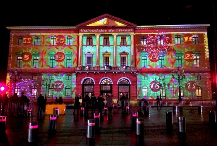 Light show on the façade of the Annecy City-Hall © French Moments