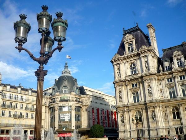Candelabra with five arms in Place de l'Hôtel de Ville © French Moments