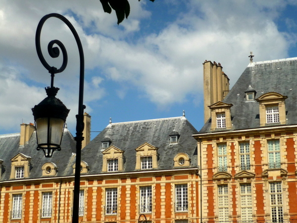 Rounded lamp post in Place des Vosges © French Moments