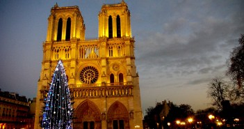 The forecourt of Notre-Dame at Christmas © French Moments