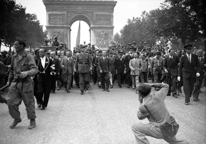 Liberation of Paris. De Gaulle walking down the Champs-Elysées, 26 August 1944 © Roger Viollet