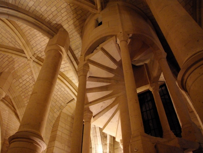 The staircase, Salle des Gens d'Armes © French Moments