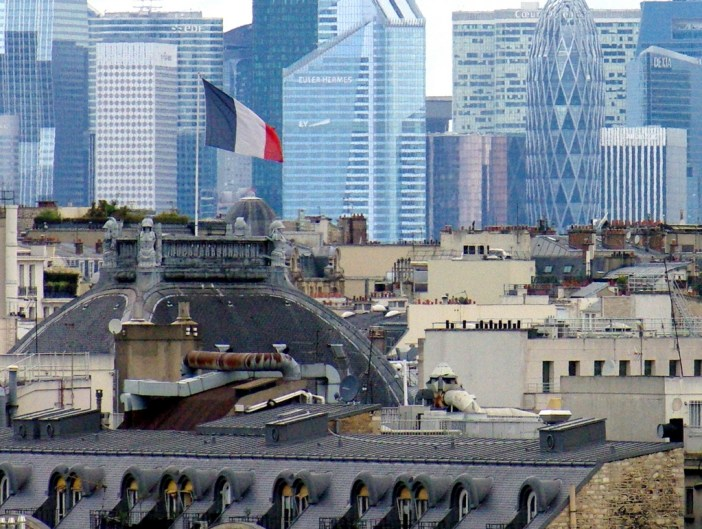 French flag with La Défense in the background © French Moments