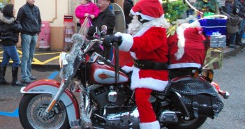 Santa riding a bike in Alsace © French Moments