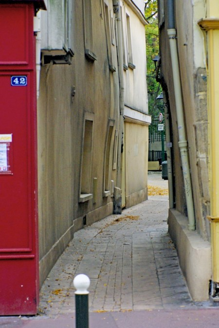 The narrow passage of Cour Larcher, Saint-Germain-en-Laye © French Moments