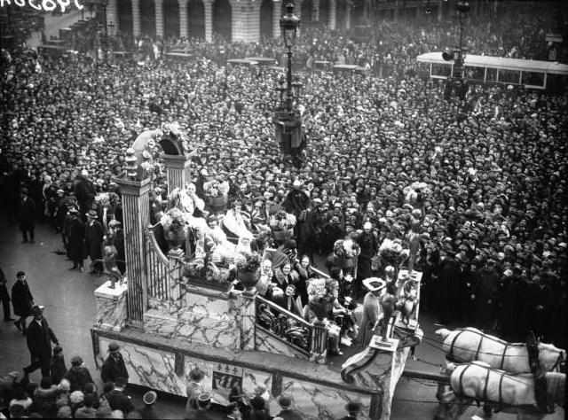 The float of Paulette Cayet Queen of the queens of Paris on the Place de l'Opéra - 15 March 1928.
