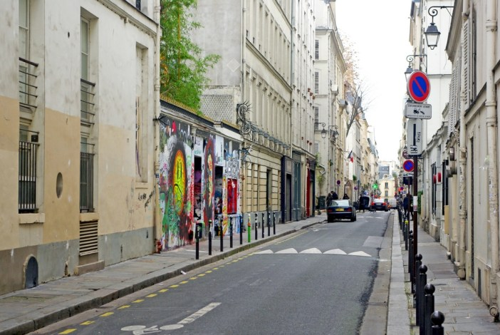 Rue Verneuil seen from rue des Saints-Pères marking the limit between the 6th and 7th arrts. © French Moments