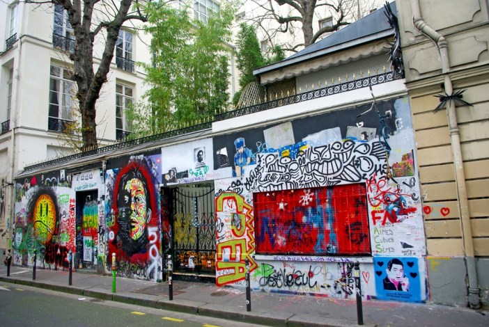 The outer wall of Serge Gainsbourg's house covered with graffiti © French Moments