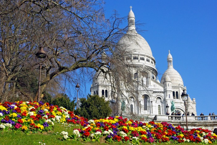 Spring flowers on Square Louise Michel in Montmartre © French Moments