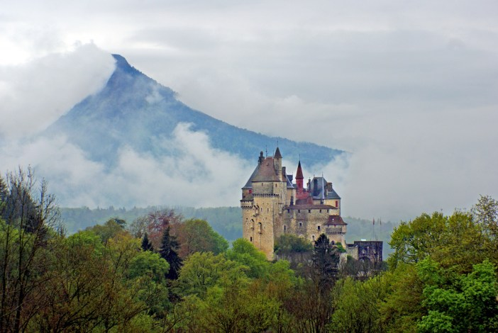 The fairy-tale castle of Menthon in the haze © French Moments