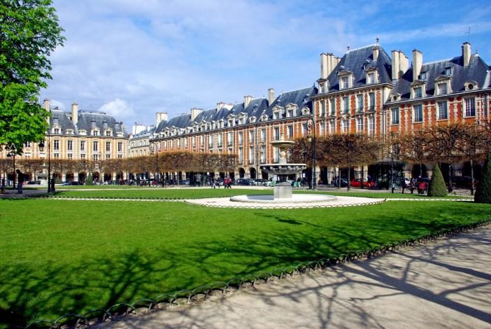 Romantic places in Paris: Place des Vosges © French Moments