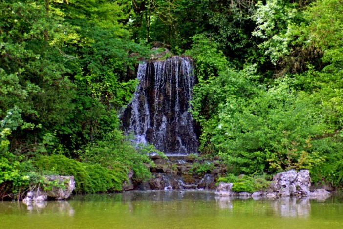 The waterfall drops onto the big pond of the Parc de Boulogne © French Moments