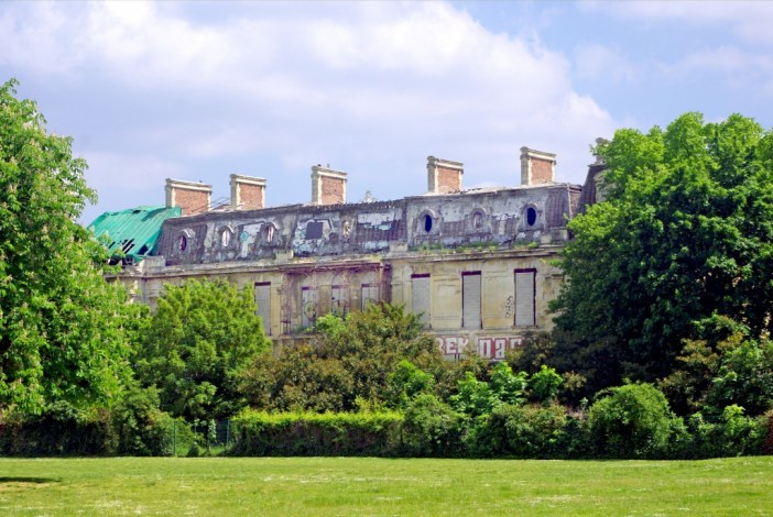 The dilapidated chateau that once belonged to the Rothschilds, Parc de Boulogne © French Moments
