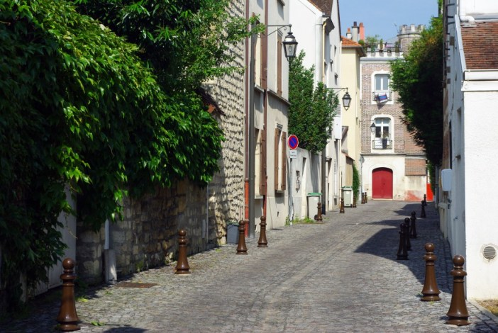 A peaceful street in the old part of Maisons-Laffitte © French Moments