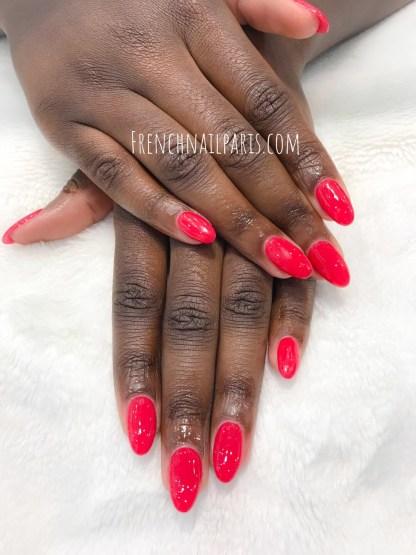 Prenez soins de vos mains et offrez à vos ongles une pose en résine que vous pouvez associer avec un vernis permanent afin de les mettre en valeur.