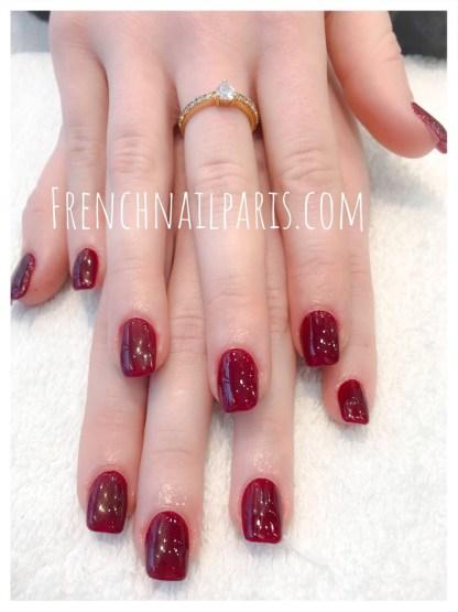 Pose résine des ongles des mains avec vernis permanent