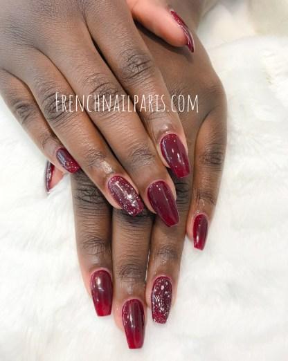 Offrez-vous une mise en beauté soignée de vos mains et embellissez-les avec une pose résineavec vernis permanent.