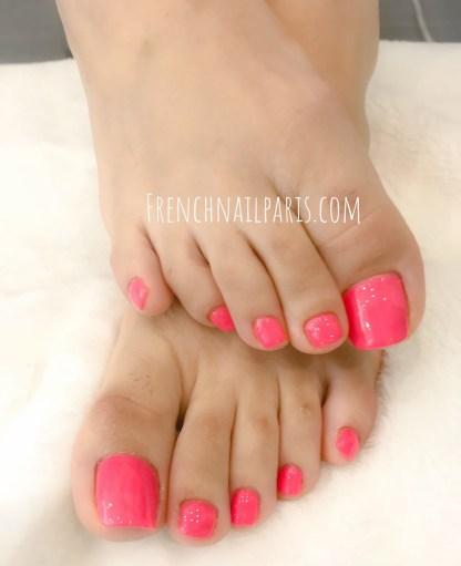 Plongez au coeur dans l'univers de beauté et succombez à une beauté des pieds que vous pouvez associer à un vernis permanent aux couleurs chatoyantes.