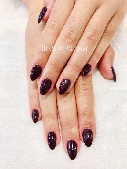 Octroyez un pure moment de détente et arborez des ongles parfaits avec la pose résine des mains agrémentée d'un vernis classique coloré.