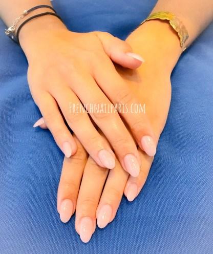 Accordez-vous une parenthèse beauté pour votre pose résine des mains associée d'un vernis classique superbement réalisée par des expertes.