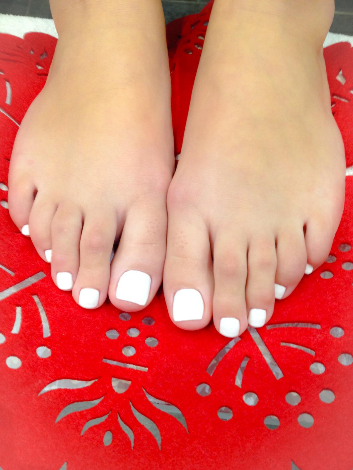 pose compl te d 39 ongles en r sine sur les pieds avec vernis couleur french nail. Black Bedroom Furniture Sets. Home Design Ideas