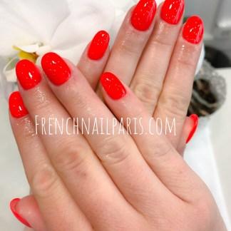 Offrez-vous des mains raffinées avec un remplissage en gel des mains associées à vernis classique pour les embellir et révéler votre look ultra-féminine !
