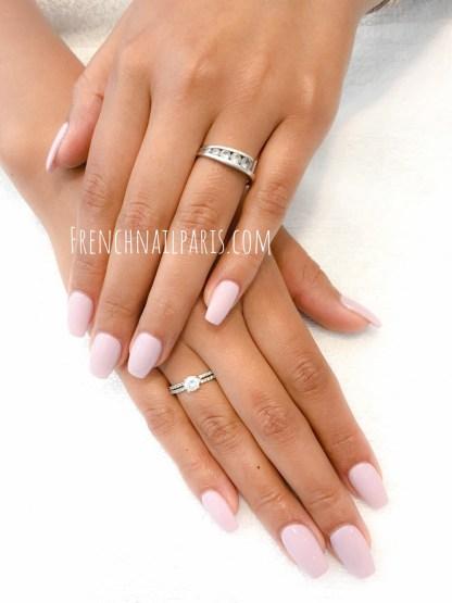 Vos mains sont en mal d'attention ? Optez pour la pose de faux ongles en résine assortis d'un vernis classique pour un effet des plus naturels !