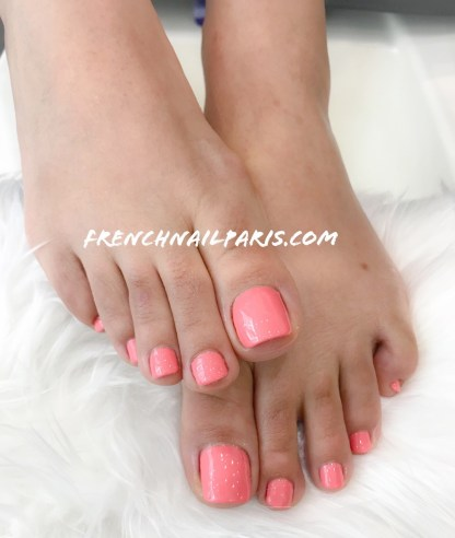 Pour sublimer magnifiquement vos pieds, craquez pour un délicieux moment de beauté pour votre pose de vernis permanent de couleur tendance.