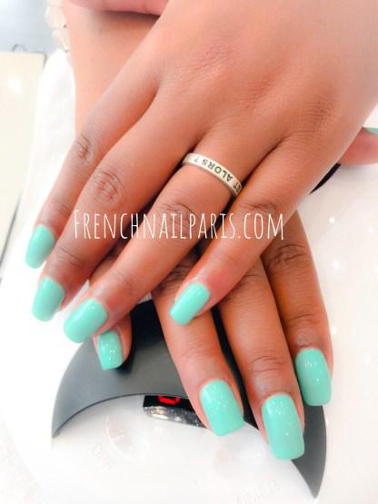 Plongez au cœur du bien-être et de la beauté et offrez-vous un soin pour la pose de vernis semi permanent des mains pour des ongles superbement colorés !