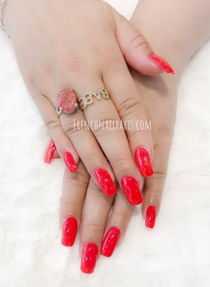 Pour avoir des mains ultra féminines, rien de tel qu'une pose d'ongles en résine des mains agrémentée d'un vernis semi permanent coloré.