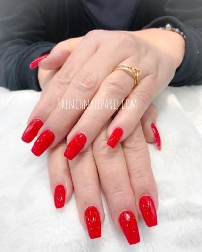 Optez pour la pose d'ongles en résine agrémentée d'un vernis semi permanent pour faire ressortir vos mains au top de la beauté !