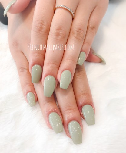 Pour compléter votre parenthèse beauté rien de tel qu'une pose d'ongles en résine des mains assortie d'un vernis semi permanent raffiné.