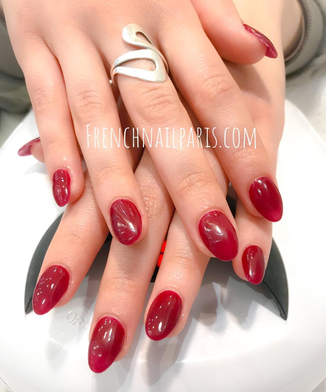 Vivez un moment des plus agréables et profitez-en pour faire une pose d'ongles en résine des mains assortie d'un vernis semi permanent parfaitement coloré.