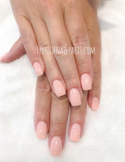 Offrez une mise en beauté d'exception à vos mains et optez pour la pose d'ongles résine associée à un vernis semi permanent pour les magnifier.