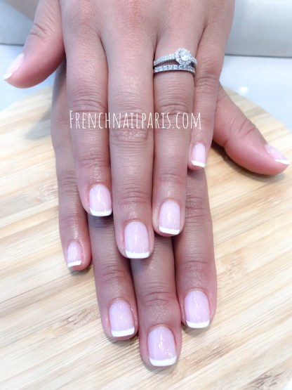 Soyez belle jusqu'au bout des ongles avec des soins parfaitement réalisés. Optez pour une pose de vernis semi permanent french manucure joliment décorée.