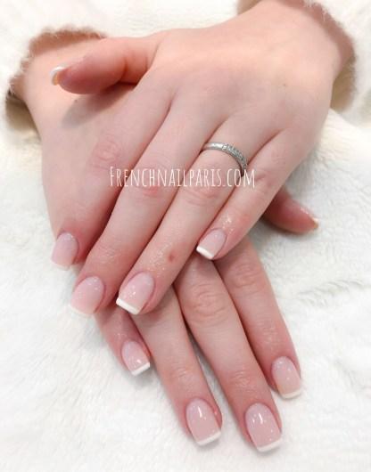 Redonnez à vos ongles toute leur beauté naturelle avec un remplissage en résine vernis semi permanent french pour les sublimer.
