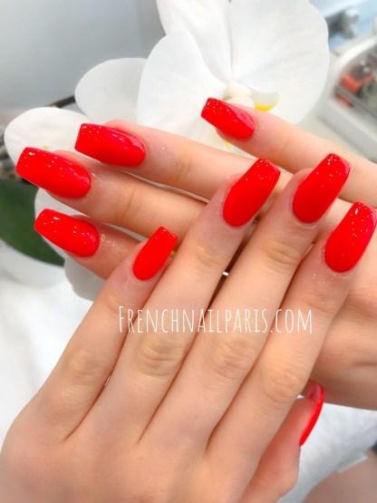 Pour des ongles au top glamour, votre institut réalise des extensions d'ongles en gel pour les mains avec vernis classique : résultat impeccable garanti !