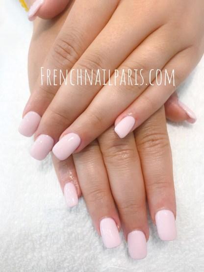 Laissez-vous tenter par une sublime pose en résine sur chablon avec vernis semi permanent afin de magnifier vos ongles !