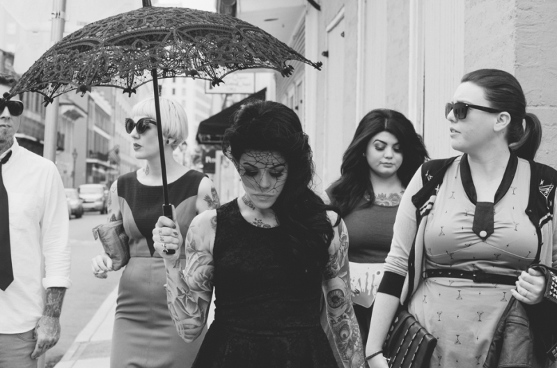 Tattooed-bride-with-parasol-and-wedding-party-800×528