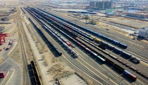 Formação de comboios num dos terminais que se dirigem da China à Europa; os comboios que levaram a ajuda para o combate à pandemia na Europa fizeram apenas 10 dias de viagem