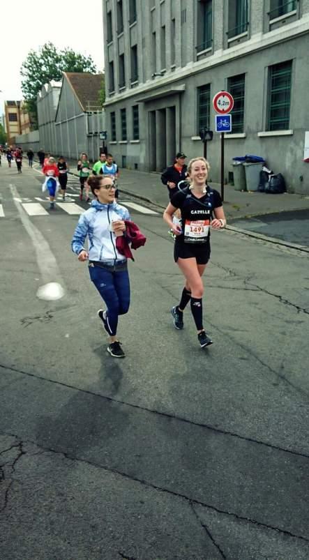 Julie et une amie pendant le marathon