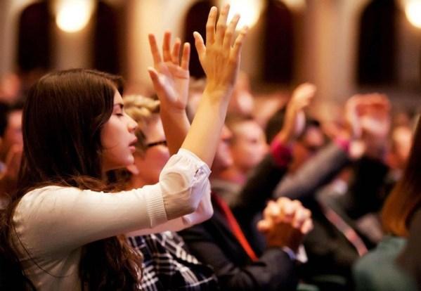 Pourquoi les gens qui viennent à l'église se comportent mal?