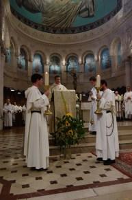 L'Evangile est lu par le frère Gabriel Salmela, diacre.