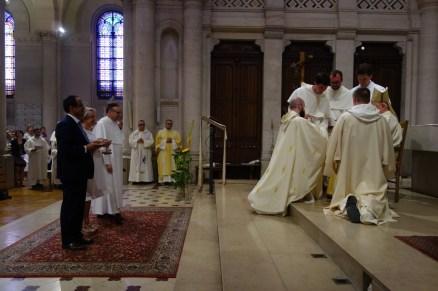Le nouveau prêtre reçoit ensuite la patène et le calice, instruments de la célébration de l'eucharistie.
