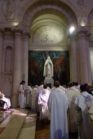 A la fin de la célébration, les frères chantent un chant à saint Dominique : O spem miram... (O merveilleux espoir...)
