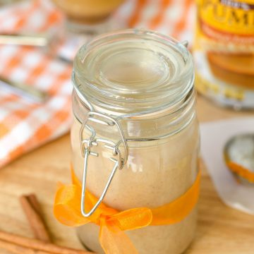 Pumpkin Spice Coffee Creamer: Only 4 ingredients and 5 minutes gets you an all-natural, chemical free pumpkin flavored cup of coffee!