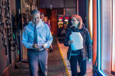 George Clooney receives direction from Jodie Foster in MONEY MONSTER.