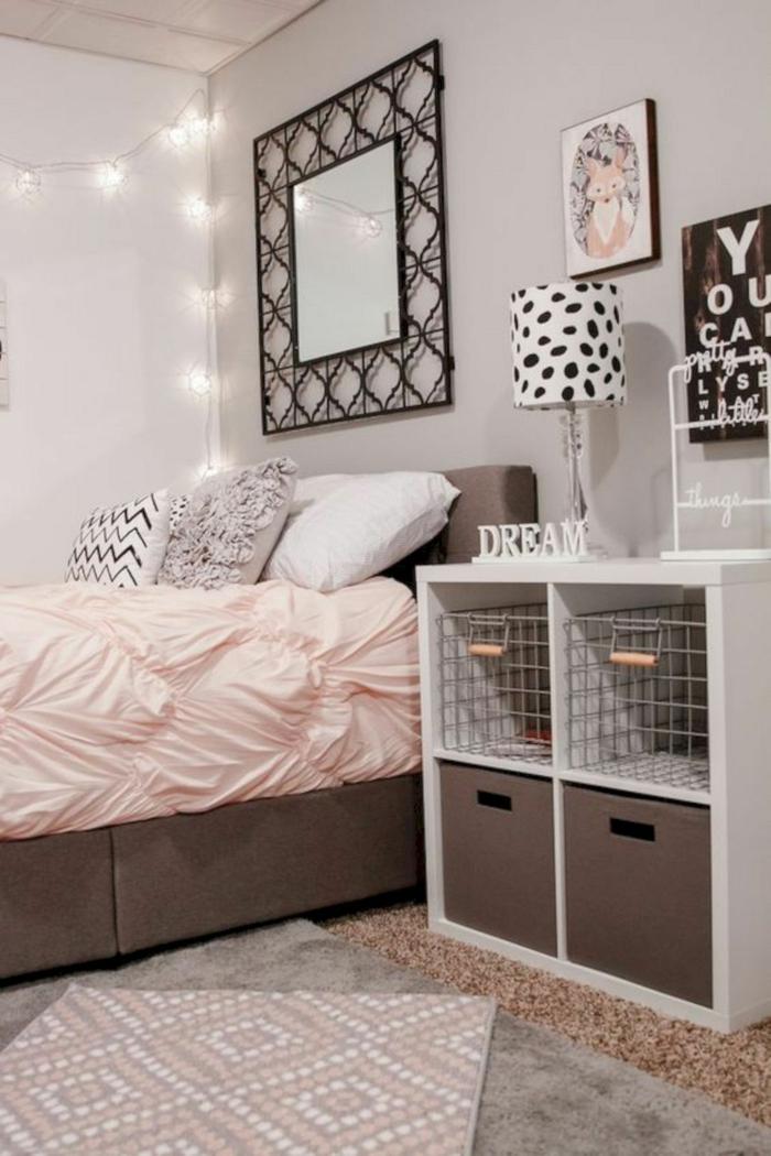 chambre fille ado en rose et gris clair idee decorez le mur avec des papillons de papier en couleurs pastel des photos encadrees et un miroir decoratif
